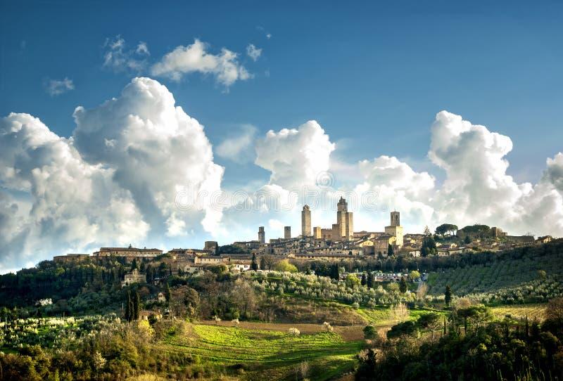 La ciudad medieval de San Gimignano se eleva horizonte y panorama del paisaje del campo Toscana, Italia, Europa imagen de archivo