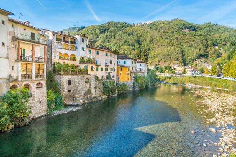 La ciudad pintoresca de los di Lucca de Bagni en un día soleado Cerca de Lucca, en Toscana, Italia imagen de archivo