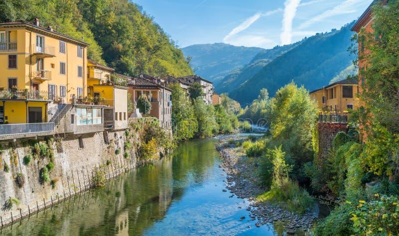 La ciudad pintoresca de los di Lucca de Bagni en un día soleado Cerca de Lucca, en Toscana, Italia imagen de archivo libre de regalías