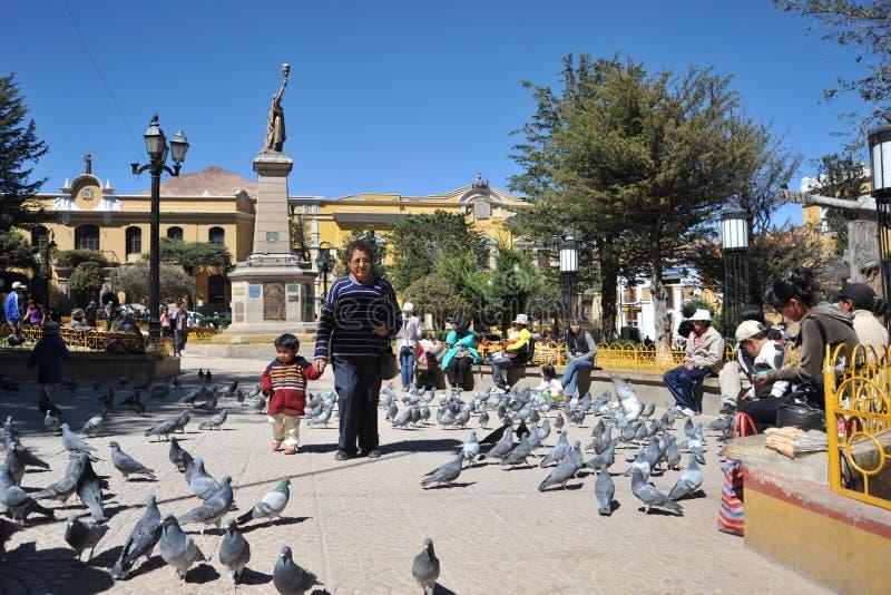 La ciudad Potosi Habitantes locales en las calles de la ciudad fotos de archivo