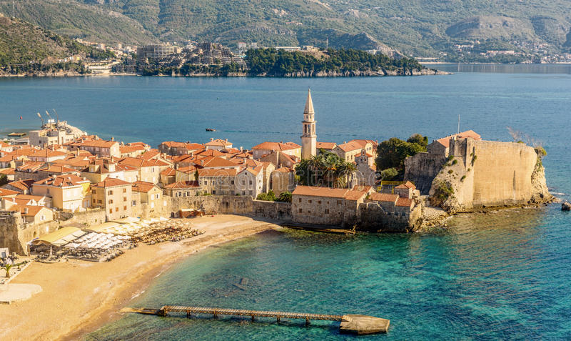 La ciudad vieja de Budva en Montenegro, visión desde sobre el top fotos de archivo libres de regalías