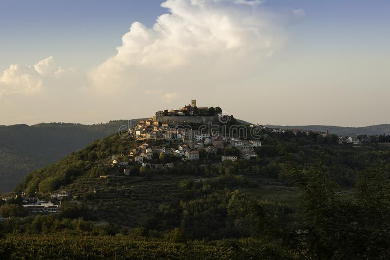La ciudad vieja de Motovun en Istria se alza en la colina en puesta del sol del verano tardío con los viñedos en primero plano imagenes de archivo