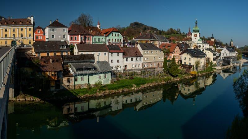 La ciudad vieja de Waidhofen un der Ybbs en oto?o, Mostviertel, una Austria m?s baja, Austria E foto de archivo
