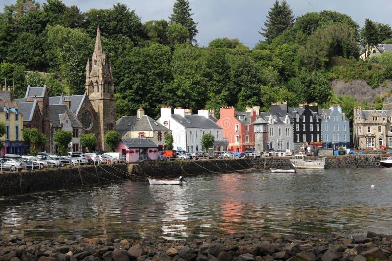 La ciudad y el puerto de Tobermory, reflexionan sobre, Escocia fotos de archivo libres de regalías
