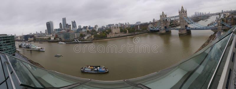La ciudad y el río fotografía de archivo libre de regalías