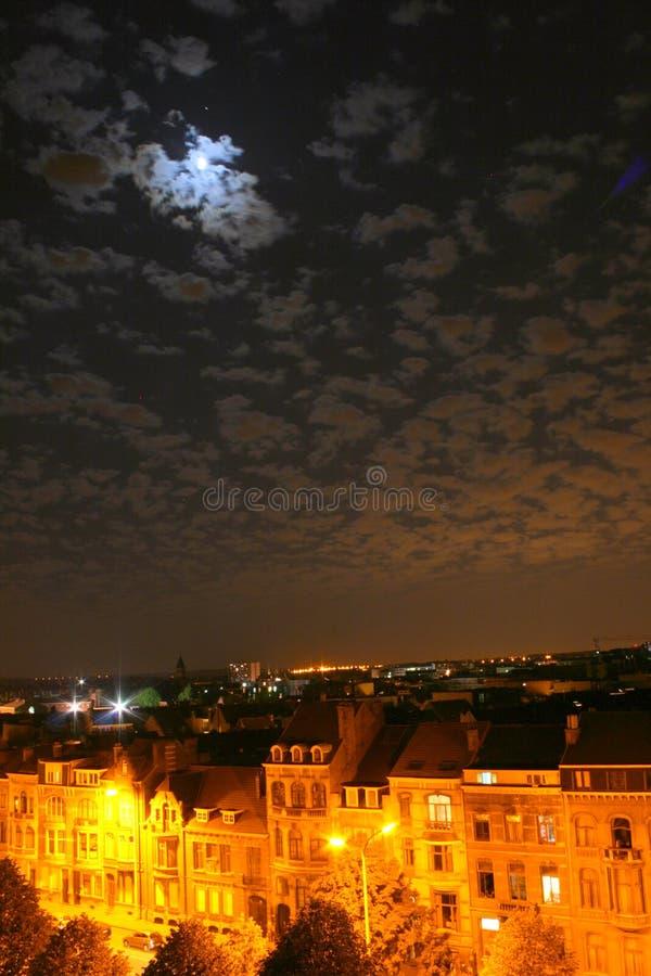 La ciudad y la luna imagen de archivo libre de regalías