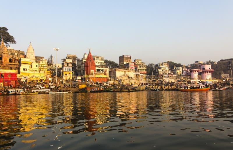 La ciudad y los ghats de Varanasi imagenes de archivo