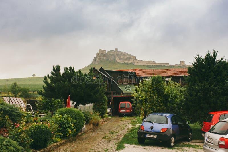 La ciudad y Spis de Spisske Podhradie se escudan el hrad de Spissky, región de Presov, Eslovaquia opinión del 17 de junio de 2016 fotos de archivo libres de regalías