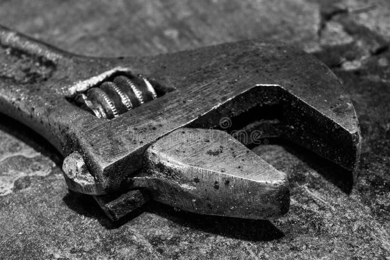 La clé réglable sur la table en métal est macro photographie stock