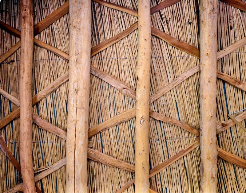 La clôture des éléments a fait des bâtons de brindilles, de roseau et en bambou et attaché avec la filasse photos libres de droits