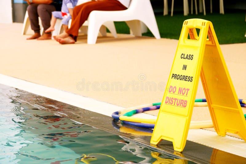 La clase en curso no perturba la muestra en la piscina imagen de archivo