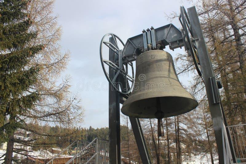La cloche de paix dans Mösern, le Tirol, Autriche image stock