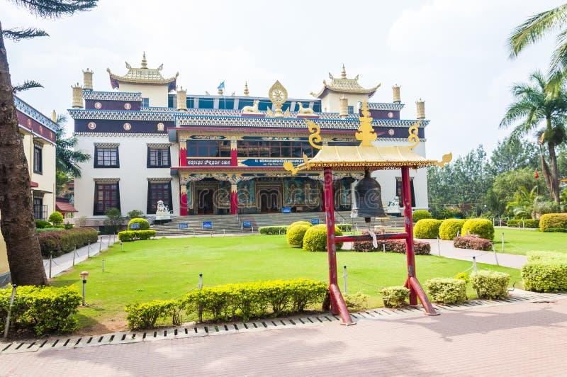 La cloche de temple près de l'entrée au monastère de Namdroling Nyingmapa photographie stock libre de droits