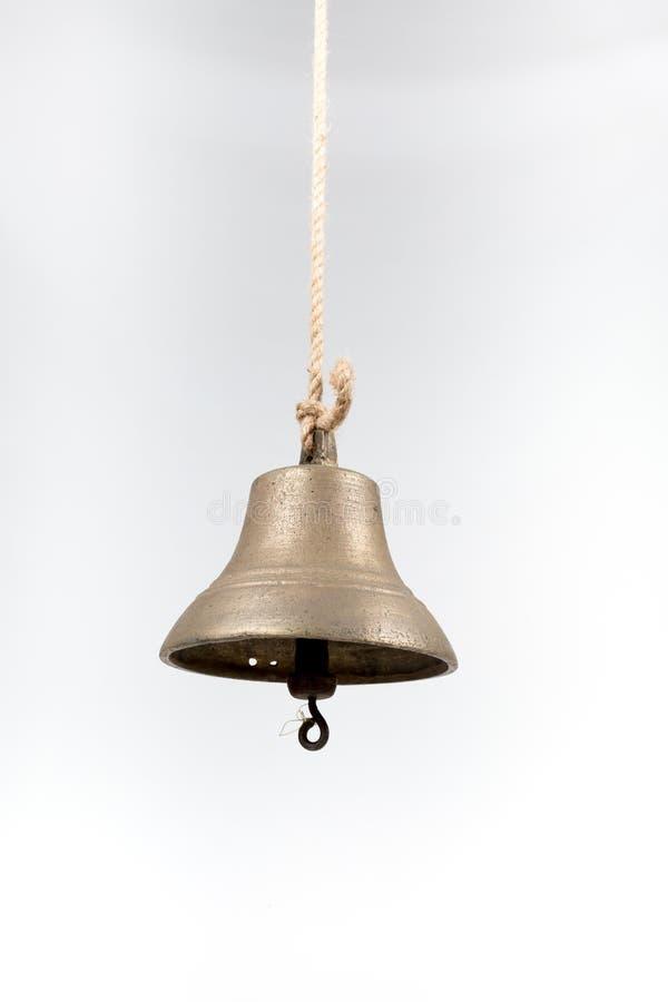 La cloche du bateau d'isolement sur le fond blanc image stock