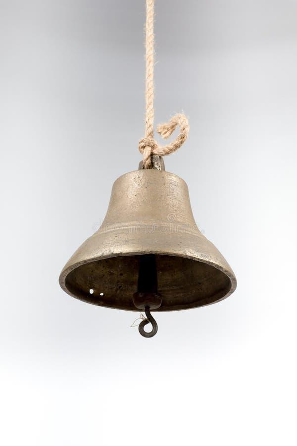 La cloche du bateau d'isolement sur le fond blanc photographie stock