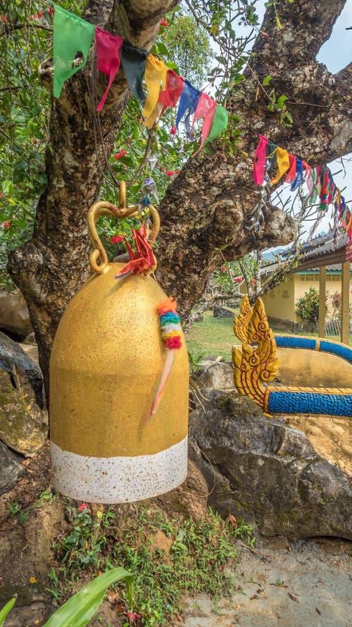 La cloche et l'étamine cérémonieuses colorées en dehors de Tham Xang foudroient, La photos libres de droits