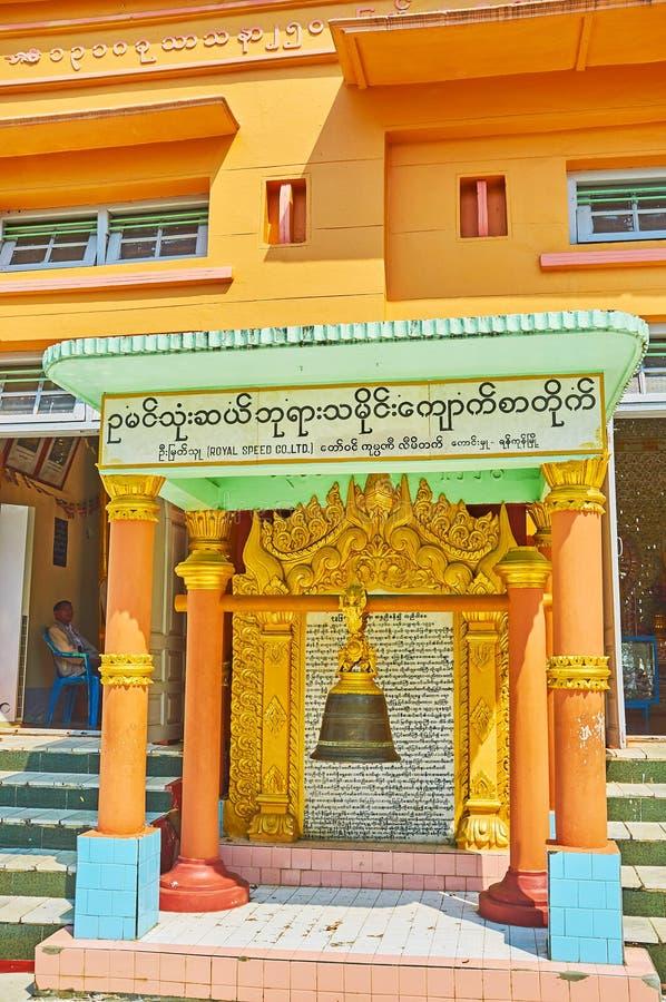 La cloche rituelle devant U Min Thonze Temple, Sagaing photo libre de droits