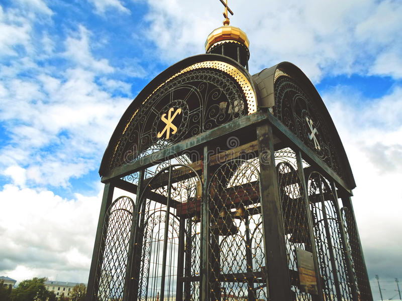 La cloche sur la banque de la rivière de Dvina photos stock