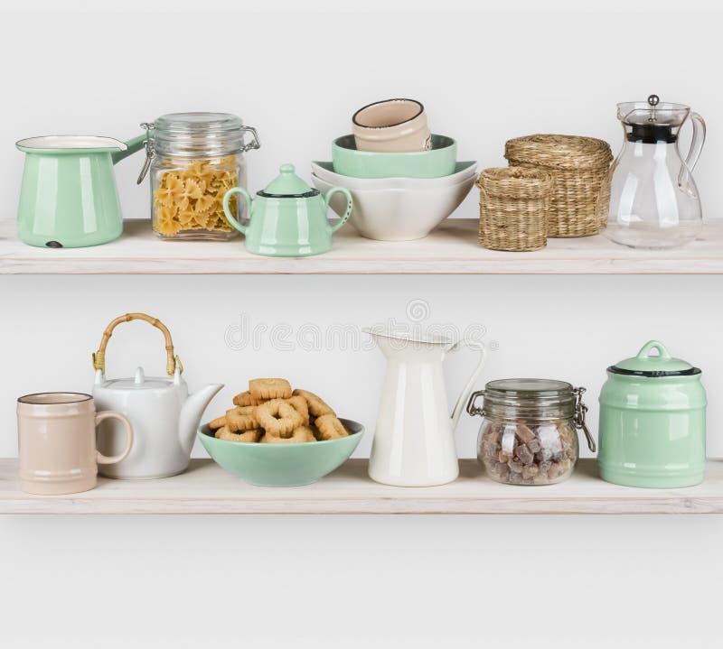 La cocina deja de lado el interior con los ingredientes del utensilio y alimentarios en blanco imagen de archivo