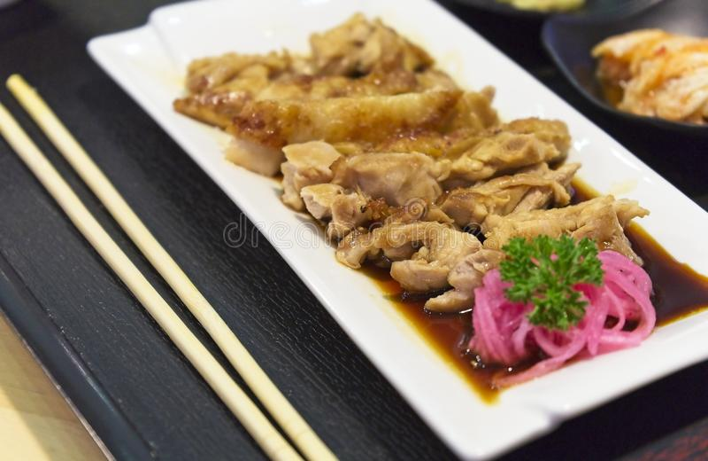 La cocina japonesa, pollo de Teriyaki sirvió con arroz, sopa de miso, Chawanmushi y la ensalada en la tabla de madera imagen de archivo