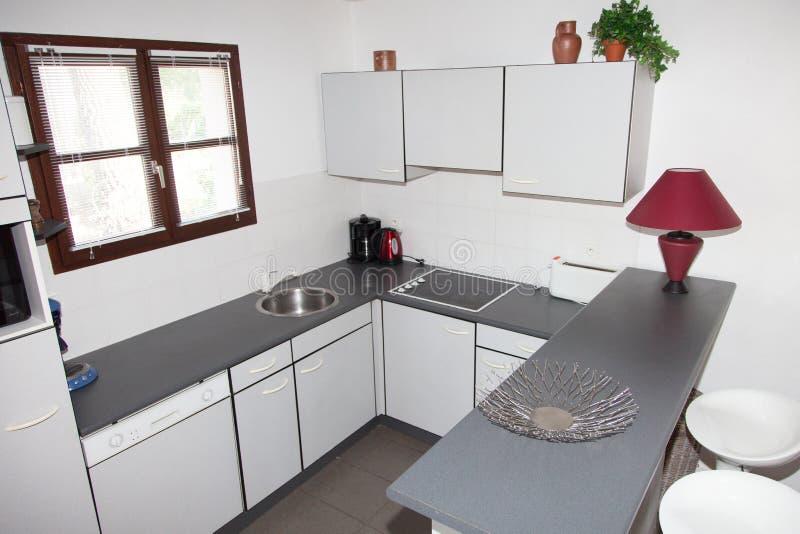 La cocina limpia cabida moderna en hogar foto de archivo