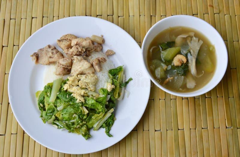 La col de China sofrita y el pollo salado en el arroz comen con la sopa de verduras mezclada imagenes de archivo