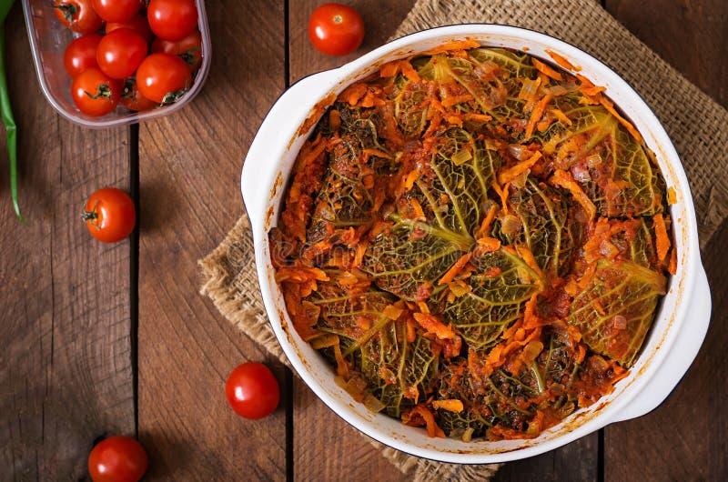 La col de col rizada rellena rueda en salsa de tomate imágenes de archivo libres de regalías