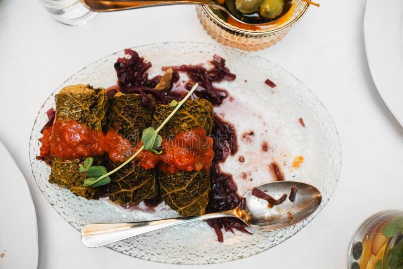 La col rellena gluten-libre del vegano con mijo y el bosque prolifera r?pidamente, atasco de la cebolla roja imagen de archivo libre de regalías