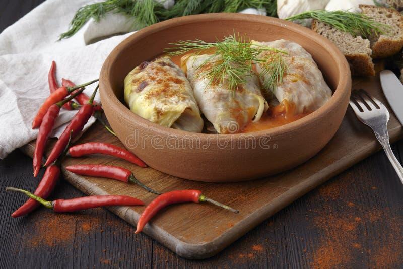 La col rellena se va con la carne picadita y el arroz en salsa de tomate imagen de archivo libre de regalías
