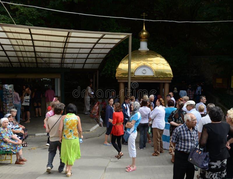 La cola al ` santo de la mano del ` de la fuente en nombre de St John el Bautista en el territorio de Krymsk Krasnodar fotografía de archivo