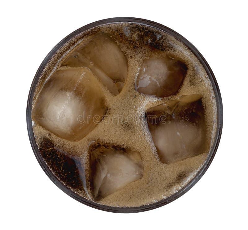 La cola burbujea con los cubos de hielo en la visión superior de cristal aislados en el fondo blanco, trayectoria imágenes de archivo libres de regalías
