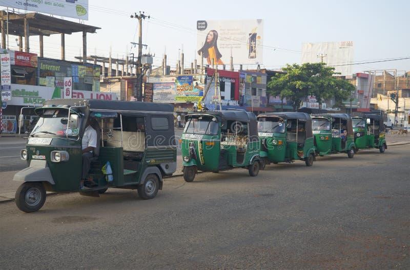 La cola de la mañana de los tuks del tuk que aguardan a pasajeros Anuradhapura, Sri Lanka imagen de archivo libre de regalías