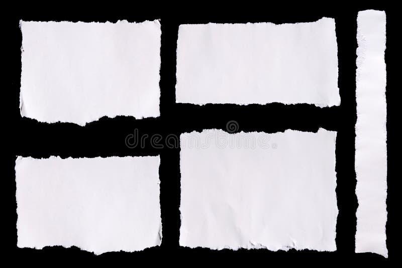 La colección de blanco rasgó trozos de papel en fondo negro fotos de archivo
