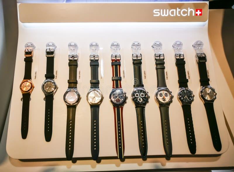 La colección de reloj de los hombres de Swatch, es una marca suiza del relojero que exhibe en la tienda del minorista en un centr imagen de archivo libre de regalías
