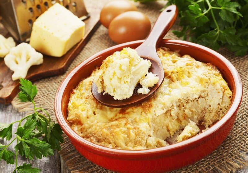 La coliflor coció al horno con queso y huevos fotografía de archivo