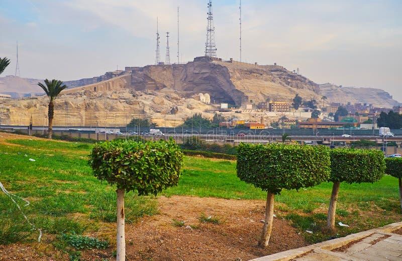 La colina de Saladin Citadel abre la opinión sobre la montaña de Mokattam con su grandes iglesia copta y ciudad Manshiyat Naser d imagen de archivo