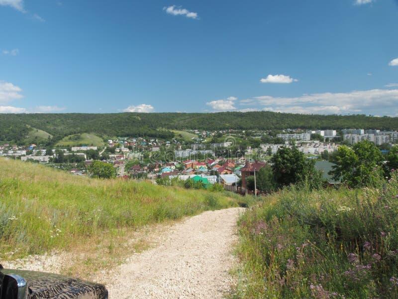 La colina ofrece una vista de la ciudad Zhigulevsk Estructura urbana a fotos de archivo libres de regalías