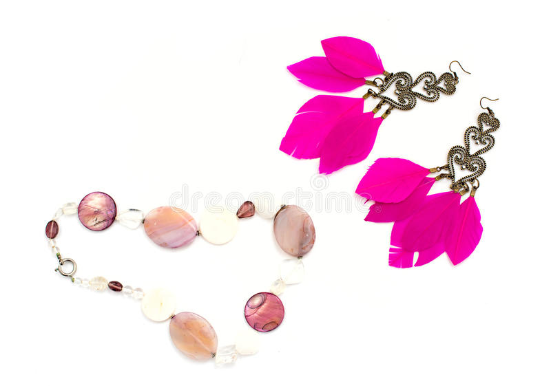 La collana per gli orecchini delle donne con le piume dentella il fondo bianco immagine stock