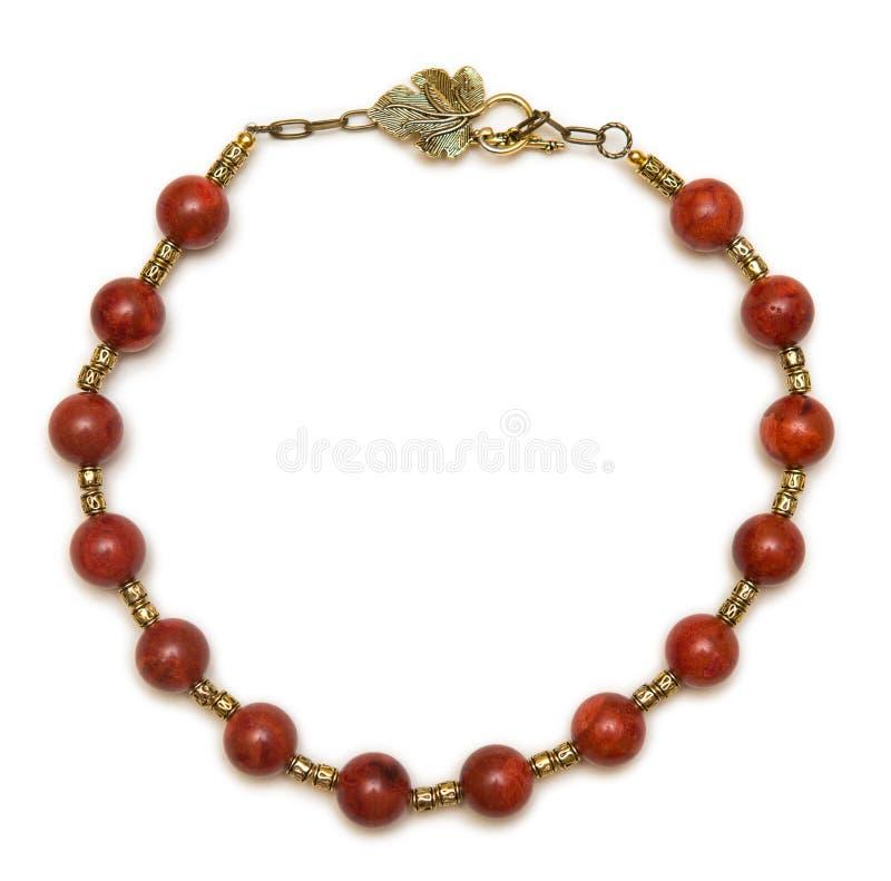 La collana piacevole con le perle rosse su fondo bianco immagini stock libere da diritti
