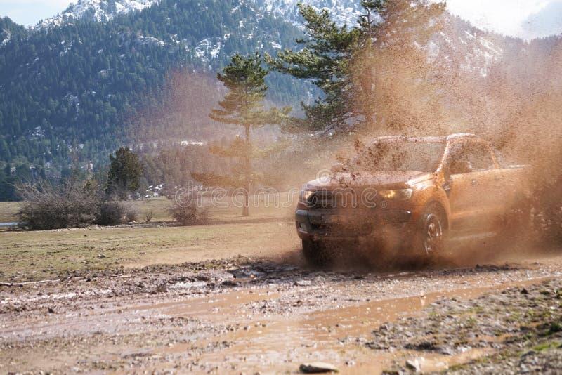 La collecte de Ford Ranger est outre de roading dans la boue photo stock