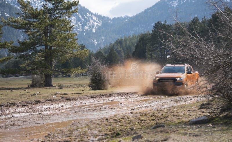 La collecte de Ford Ranger est outre de roading dans la boue photos stock