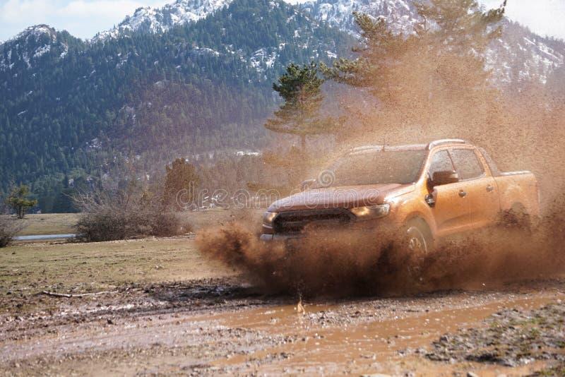La collecte de Ford Ranger est outre de roading dans la boue photographie stock