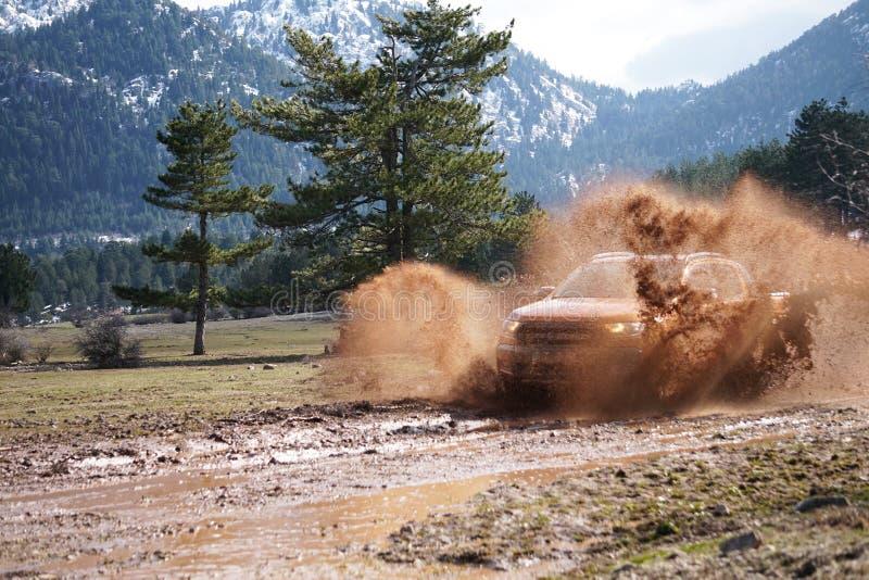 La collecte de Ford Ranger est outre de roading dans la boue photographie stock libre de droits