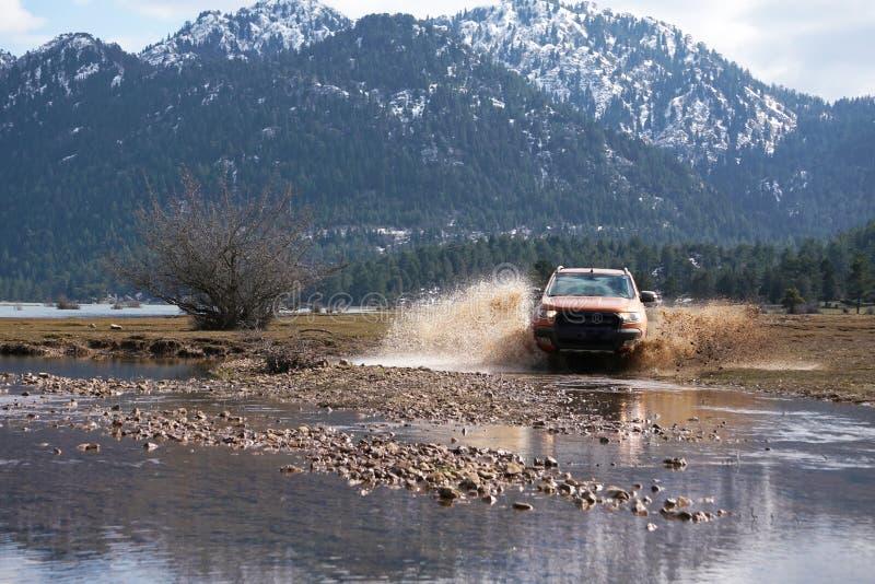 La collecte de Ford Ranger est outre de roading dans la boue image stock