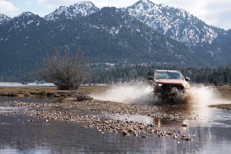 La collecte de Ford Ranger est outre de roading dans la boue images libres de droits