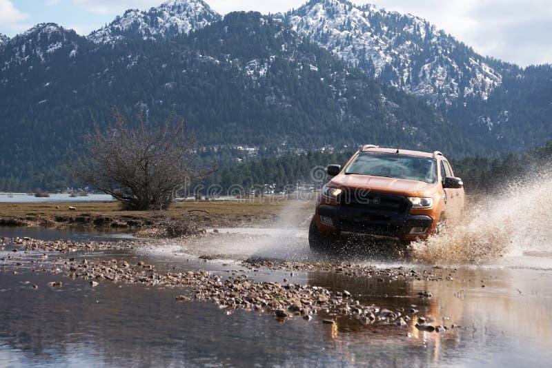 La collecte de Ford Ranger est outre de roading dans la boue images stock