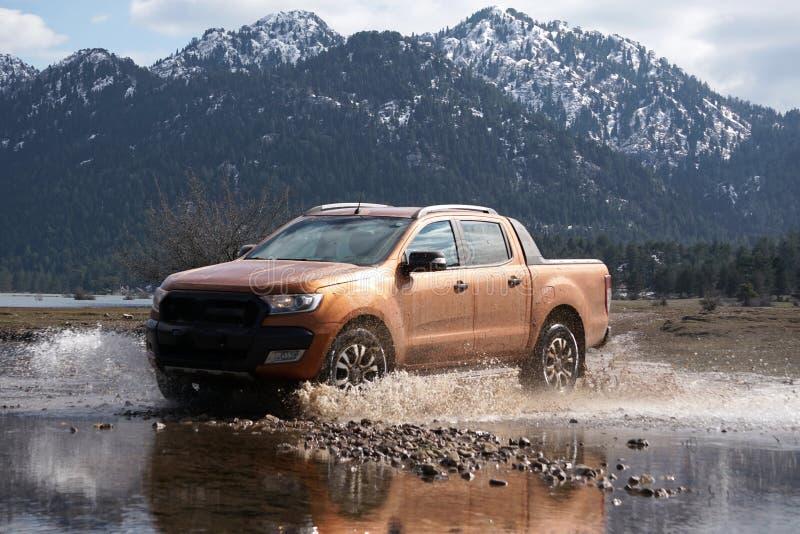 La collecte de Ford Ranger est outre de roading dans la boue image libre de droits