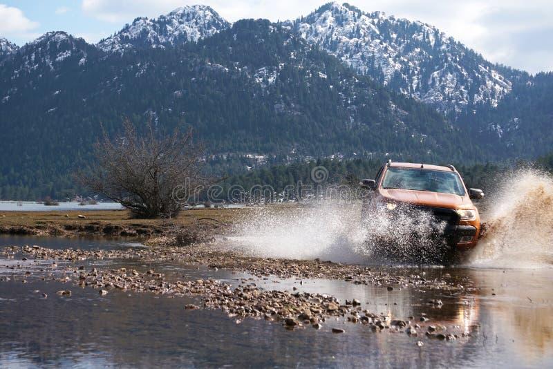 La collecte de Ford Ranger est outre de roading dans la boue photos libres de droits