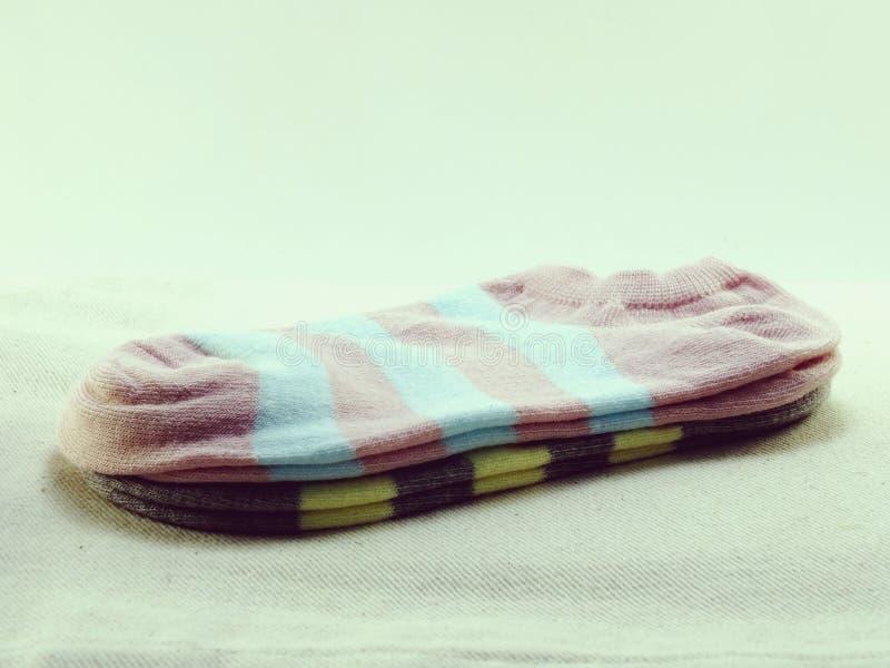 La collection de chaussettes colorées avec le vintage filtre l'effet photographie stock