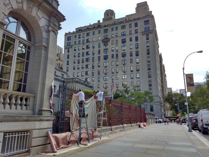 La collection de Frick, peintres sur des échelles peignant la barrière, musée de New York City, 5ème avenue, NYC, NY, Etats-Unis images libres de droits
